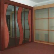 szafa wnękowa, drzwi przesuwne z rattanu i lustra