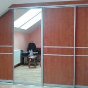 szafa pod skosem, drzwi przesuwne z płyty i lustra