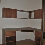 biurko narożne, wiszące szafki i półki