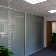 zabudowa biura, szafa we wnęce z drzwiami przesuwnymi