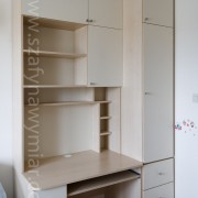 biurko z szufladami i półkami