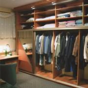 zabudowa w garderobie, półki i drążki