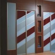 drzwi składano-przesuwne z kolorowego szkła