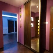 szafa z drzwiami przesuwnymi z płyty i lustra