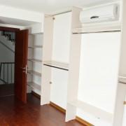 garderoba zabudowana z białej płyty