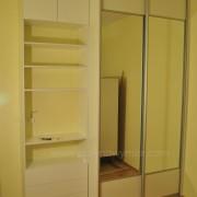 szafa z drzwiami z lustra, półki i szuflady