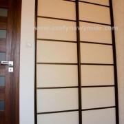 drzwi przesuwne z naklejonymi szprosami