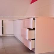 zabudowa z białego mdfu, szuflady i półki