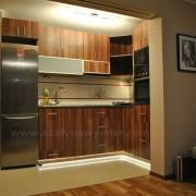 kuchnia otwarta na salon, podświetlane szafki dolne
