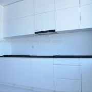 kuchnia z białego MDF'u lakierowanego na wysoki połysk