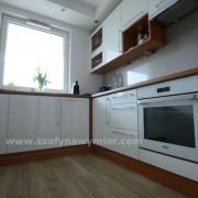 lakierowane meble kuchenne z drewnianym blatem