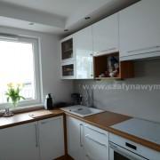 biała kuchnia lakierowana na wysoki połysk, drzwiczki z uchwytami