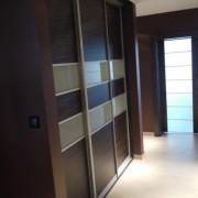 szafa wnękowa, drzwi przesuwne łączone płyta i szkło