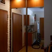szafa wnękowa w przedpokoju, drzwi łączone lustro i płyta