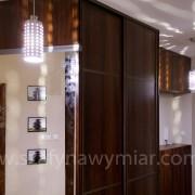 szafa z drzwiami przesuwnymi z płyty ze szprosami, naklejane lustro