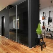 szafa wnękowa, drzwi przesuwne z czarnego szkła