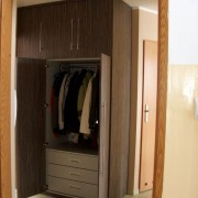 szafa wolnostojąca w przedpokoju, drzwi z płyty na zawiasach