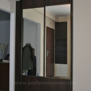 szafa we wnęce, drzwi przesuwne łączone płyta i lustro