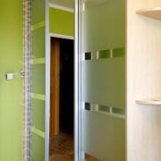 drzwi przesuwne, lustro i piaskowane szkło