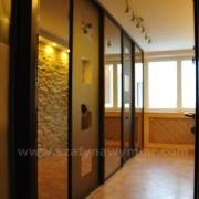 szafa wnękowa, drzwi przesuwne, brązowe lustro i lustro piaskowane