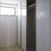 szafa wnękowa, drzwi przesuwne, białe szkło