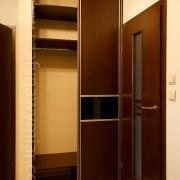 szafa wnękowa w przedpokoju, drzwi przesuwne, płyta połączona ze szkłem