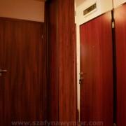 szafa z drzwiami przesuwnymi z płyty, naklejane lustro