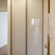 szafa wnękowa, drzwi przesuwne z białego szkła
