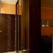 podświetlana szafa w przedpokoju, drzwi przesuwne, lustro piaskowane