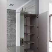 szafa wnękowa, drzwi otwierane na zawiasach z naklejanym lustrem, półki