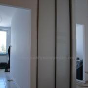 szafa wnękowa, drzwi przesuwne z białego lacobelu