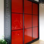 szafa z czarnej płyty, drzwi przeuwne z czerwonego lacobelu ze szprosami
