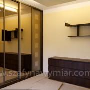 komoda z szufladami, szafa wnękowa, drzwi przesuwne, lustro piaskowane, półki