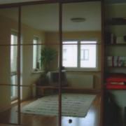szafa wnękowa, drzwi przesuwne z lustra z naklejanymi szprosami