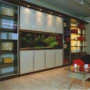 zabudowane akwarium, drzwiczki z mlecznego szkła otwierane na zawiasach