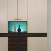 zafa z drzwiami na zawiasach, podświetlana szklana półka