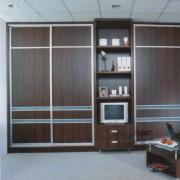 szafa w salonie, drzwi przesuwne z płyty z naklejonymi szprosami, półki i szuflady