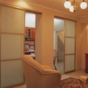 drzwi przesuwne między salonem a kuchnią, drzwi przesuwne z mlecznego szkła