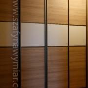 drzwi przesuwne łączone, biała płyta z imitacją drewna