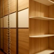 półokrągłe półki, szafa z drzwiami przesuwnymi, łączonymi z płyty
