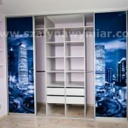 drzwi z fototapetą, szafa - wnętrze półki, drążki i szuflafy