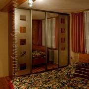szafa wolnostojąca w sypialni, drzwi przesuwne z piaskowanego lustra