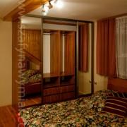 drzwi przesuwne z lustra, szuflady, półki i drążki