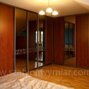 szafa w rogu pokoju, drzwi przesuwne ze wzorem piaskowanym na lustrze