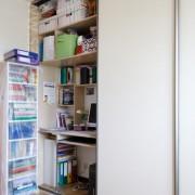 biurko w szafie, drzwi przesuwne z płyty, regał na dokumenty