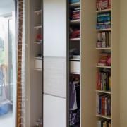 szafa z drzwiami przesuwnymi, łączone płyty, półki na książki