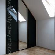 zabudowa skosu, drzwi składano-przesuwne, czarne szkło i lustro