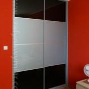szafa wnękowa, drzwi przesuwne łączone, lacobel czarny i biały