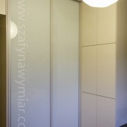 szafa wnękowa, drzwi przesuwne z białego szkła i drzwi na zawiasach na kliki
