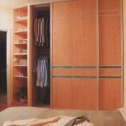 szafa w sypialni, drzwi przesuwne z płyty i paska ze szkła, półki